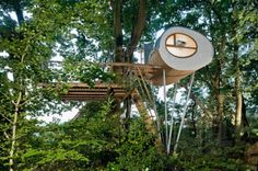 Eco Factor: Prefab treehouses can be attached to your favorite tree without damaging it. Treehouses make you feel that you are a part of the environment. However, building a treehouse mostly results in damaging the tree on which it stands. Modern Tree House, Magazine Deco, Tiny House Swoon, Outdoor Trees, Cool Tree Houses, Tree House Designs, Boutique Deco, In The Tree, Prefab