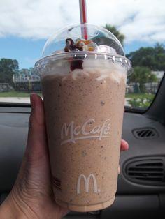 McDonald's Frappe - I'm addicted. Mcdonalds Mocha Frappe Recipe, Chocolate Frappe Recipe, Mcdonalds Iced Coffee, Caramel Frappe Recipe, Iced Coffee Drinks, Café Chocolate, Mocha Frappuccino, Homemade Frappuccino, Starbucks Recipes