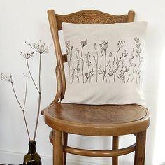 Prírodný vankúš trávy - ručná kresba farbami na textil