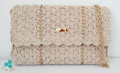 Bolsa em crochê com linha 100% algodão na cor cru, com detalhes em corrente metálica dourada e fecho interno em imã. Forro em tecido 100% algodão na cor cru. Alça em corrente metálica dourada.    Comprimento alça: 1,10m