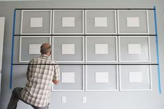 How To Hang a Perfectly Straight Gallery Wall These days folks are aiming for a more simplistic and clean look. Perfectly straight and symmetrical wall galleries can be found all over inspiration sites. Gallery Wall Layout, Gallery Wall Frames, Frames On Wall, Wall Collage, Living Room Gallery Wall, Wall Art, Art Gallery, Gallary Wall, Flur Design