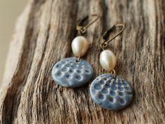 Ohrhänger - Keramik-Ohrringe hellbla mit Süßwasserperle - Boho - ein Designerstück von TonArts-Keramik bei DaWanda