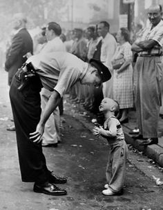 Lovely picture:William C. Beall - Faith and Confidence, 1958 A policeman speaks to a young boy at a parade in Washington, D. for the Washington Daily News. 1958 Pulitzer Prize for Photography - Courtesy Scripps Howard News Service Vintage Pictures, Old Pictures, Old Photos, Old Pics, Famous Photos, Black White Photos, Black And White Photography, Black Picture, Girl And Cat
