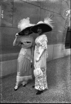 1911 June) Toilettes à Longchamp (Bibliothèque nationale de France - Paris, France). From their Gallica collection; heavvily cropped and spots and flaws removed with Photoshop. Edwardian Clothing, Edwardian Dress, Edwardian Era, Edwardian Fashion, Historical Clothing, Vintage Fashion, Women's Clothing, Victorian Hats, Female Clothing