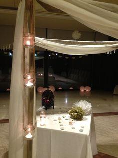 Decoración con telas blancas colgadas, pompones de papel, velas, farolillos de papel y globos de leds para tu fiesta ibicenca