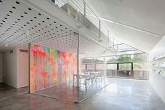Glaswand ruimte met een met kleur bedrukte muur