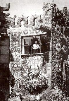 Juan O'Gorman visto mirando por la ventana de su casa particular. Av. San Jerónimo, Jardines del Pedregal, México, DF 1952 Arq. Juan O'Gorman Foto. Esther McCoy Papers - Juan O'Gorman seen looking out a window of his private home, Pedregal, Mexico City 1952