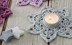 Diese gehäkelten Teelicht-Halter sorgen für eine gemütliche Stimmung. Crochet Angels, Crochet Stars, Knit Crochet, Advent Candles, Tea Candles, Tea Candle Holders, Crochet Tablecloth, Christmas Angels, Deco