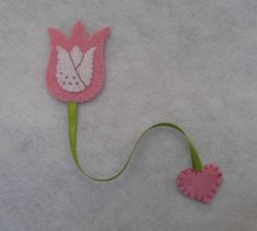 anyák napi ajándék filcből, könyvjelző filcből Book Crafts, Felt Crafts, Fabric Crafts, Sewing Crafts, Quick Crafts, Fun Crafts For Kids, Crafts To Do, Pencil Topper Crafts, Felt Bookmark