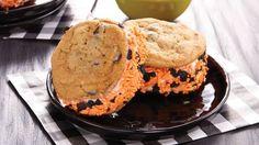 Make this wonderful dessert with pumpkin ice cream and Pillsbury® cookies for this Halloween! Best Dessert Recipes, Fun Desserts, Fall Recipes, Delicious Desserts, Yummy Food, Halloween Cookie Recipes, Easy Halloween Food, Halloween Treats, Ice Cream Treats