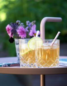 Dark 'n' Stormy - Opskrift på den lækre cocktail med gingerbeer og rom Cocktail Drinks, Alcoholic Drinks, Cocktails, Vegetarian Food, Den, Smoothies, Shots, Dessert, Country