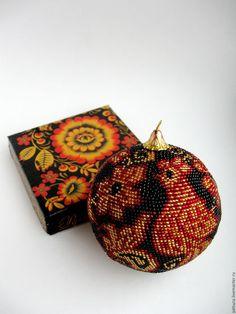 Специально для этого ёлочного шара была создана праздничная упаковка в том же стиле. Поэтому вам не придётся думать, как красиво оформить и приподнести его - осталось только купить