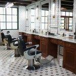 Afeitado clásico y tradicional del rostro del caballero. Salón de barberia para caballeros