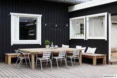 L字型に配置された木製の低いデイベッドのあるウッドデッキの屋外リビング テーブルをおけば屋外ダイニング1