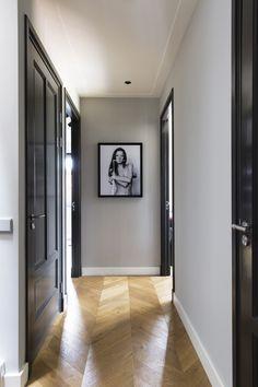 Martijn Veldman - Contemporary residence with classic elements - Hoog ■ Exclusieve woon- en tuin inspiratie. Black Interior Doors, Black Doors, White Doors, White Walls, Decor Interior Design, Interior Decorating, Decorating Blogs, Interior Ideas, Flur Design
