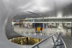 Onlangs fotografeerde ik het nieuwe station in Arnhem.Het ontwerp is gemaakt door architectenbureaus UNStudio, Arup (masterplan) en Bureau B+B (openbare ruimte). De hele serie vind je op mijn website: http://www.diondebakker.nl/interieurfotografie-5/