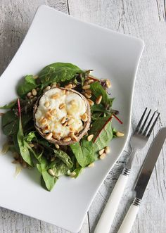 Deze portobello met geitenkaas zit boordevol heerlijke smaken die goed samengaan. Deze is perfect als lunch, voorgerecht of onderdeel van een hoofdgerecht.