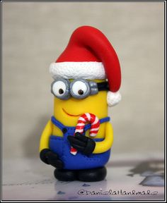 Christmas Minion Despicable me - Christmas figurine- Polymer Clay. I'm so going to make this for Christmas! Polymer Clay Ornaments, Polymer Clay Sculptures, Fimo Clay, Polymer Clay Projects, Polymer Clay Charms, Polymer Clay Creations, Sculpture Clay, Clay Crafts, Minion Christmas