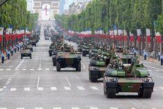 Défilé des troupes motorisées en 2014 avec ici des VBCI et des chars Leclerc du 1er régiment de chasseurs. - R. Senoussi/DICOD
