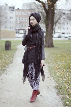 would change boots and belt and do different wrap instead of hijab Muslim Women Fashion, Islamic Fashion, Modest Fashion, Womens Fashion, Sari, Lehenga Choli, Collection Eid, Mehndi, Moslem Fashion