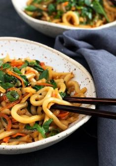 15 Minute Spicy Udon Stir Fry - Yes! You can be enjoying this Spicy Udon Stir Fry in just 15 minutes! Proving that delicious doesn't need to be time consuming! #udon #recipe #seasonsandsuppers #spicy #stirfry