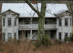 I wish I lived in this house. It is just beautiful! Old Abandoned Houses, Abandoned Mansions, Abandoned Buildings, Abandoned Places, Scary Houses, Big Houses, Beautiful Homes, Beautiful Places, Broken Window