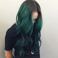 wow I LOVE IT Dark Green Hair Dye, Green Hair Ombre, Green Wig, Hair Color Dark, Cool Hair Color, Brown Hair Colors, Green Eyes, Orange Ombre, Lilac Hair