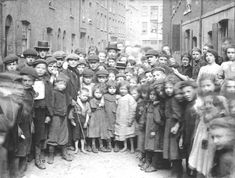 East End street kids nicknamed 'Spitalfields nippers' on Pearl St. (now Calvin St. Antique Photos, Vintage Photographs, Old Photos, Vintage Photos, East End London, Old London, London Pictures, London Photos, Victorian Pictures