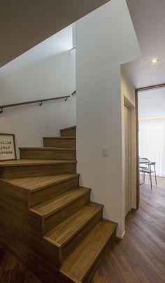 意匠的にも優れた曲がり階段。左手前奥には、水回りと将来の両親の部屋が続きます。