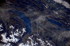 @AstroSamantha (IT) Hallo Svizzera! Li riconoscete questi bellissimi laghi? Penso di riuscire anche a vedere Losanna!