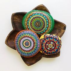 """The best color in the world is the one that looks good on you."" Coco Chanel  #monettestones #mandala #artwork #paiting #stones #art #paint #acrylic#colors #wood #pebbles #beach #monette #handmande #creativity#original #gift #weekend #drawing #mandalas #piedras #hechoamano#pintar #dibujo #playa #rio #acrilico #colores #arte #creatividad"