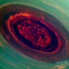 米航空宇宙局(NASA)の土星探査機カッシーニ(Cassini)が捉えた画像を基に作成された、土星の北極で渦を巻くハリケーンのような嵐の着色合成画像(2013年4月29日提供)。(c)AFP/NASA/JPL-Caltech/SSI ▼17Aug2014AFP|【特集】土星 ─ 氷の輪に囲まれた巨大ガス惑星 http://www.afpbb.com/articles/-/3023013 #Saturn #Saturno #Saturne