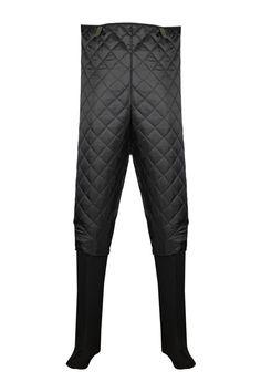 OCIEPLACZ DO SPODNIOBUTÓW Model: KL09/SB Ocieplacz do spodniobutów produkowany z najwyższej jakości surowców. Góra produktu wykonana jest z pikowanej ociepliny, od wysokości kolan zastosowano filc. Produkt stanowi uzupełnienie spodniobutów. Przeznaczony jest do użytku w czasie wędkowania, jak i przy wszelkich pracach rybackich w chłodne dni, bardzo dobrze chroniąc użytkownika przed zimnem.