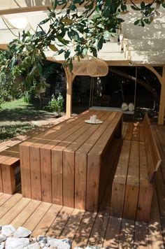 by lejardindeclaire,slowgarden,pergola,lit balinais,lit suspendu,mobilier outdoor,table en bois,bancs,ombrage,piscine