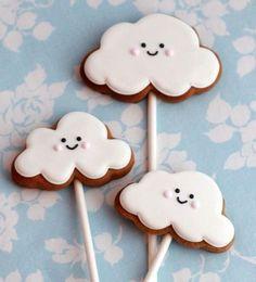Las galletitas decoradas son ideales para hacer un regalo o decorar la mesa de un evento. Hacé las formas con cortantes para galletitas y luego decorá con pasta Ballina teñida de diferentes colores.
