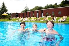 Hoteleigener, beheizbarer Außen-Pool mit großer Liegewiese