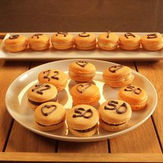 Macarons decorados con chocolate intenso y naranja confitada