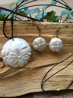 Conjunto Flor Perlada Realizado con arcilla polimérica de color blanco perlado. Realizado por Stephanie Henke para Isainar Bisuteria.