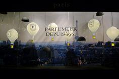 Magnifique envol de montgolfières Diptyque au dessus de Paris, en vitrine des Galeries Lafayette. Comme un « décor de théâtre où bougies et parfums seraient les acteurs du souvenir de voyages élégants, d'horizons lointains et d'instants magiques» .