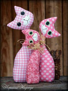 stuffed fabric cats - see other pin for similar pattern with tail Sewing Toys, Sewing Crafts, Sewing Projects, Cat Crafts, Diy And Crafts, Arts And Crafts, Fabric Toys, Fabric Crafts, Doll Toys
