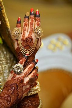 New indian bridal henna hands brides mehndi designs Ideas Bridal Bangles, Bridal Necklace, Bridal Jewelry, Bridal Shoes, Wedding Mehndi Designs, Wedding Henna, Mehandi Designs, Wedding Chura, Heena Design