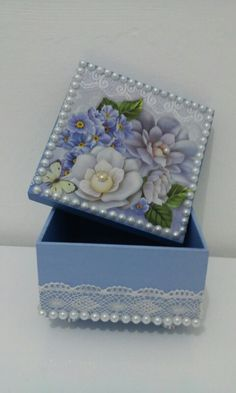 Caixa em mdf Decoupage Box, Decoupage Vintage, Diy Crafts For Girls, Diy And Crafts, Painted Boxes, Wooden Boxes, Pretty Box, Altered Boxes, Jewellery Boxes