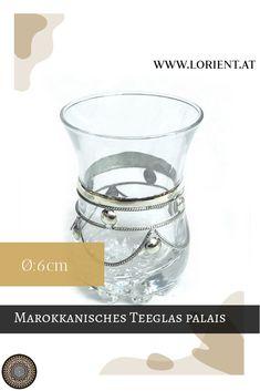 Das marokkanische Teeglas Rondo palais wurde in Marrakesch mit Metallverzierungen dekoriert. Es ist der Klassiker der orientalischen Teekultur. #marokko #design #fes #marrakesch #handgemacht #teeglas L Orient, Rondo, Fes, Shot Glass, Tableware, Design, Marrakech, Morocco, Embellishments