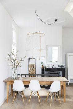 Lichte eetkamer met houten tafel en witte stoelen | Bright dining room with wooden table and white chairs | vtwonen 01-2018 | Fotografie Margriet Hoekstra | Styling Barbara Natzijl