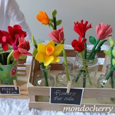 A small bite of mondocherry: a felt flower shop... - idea only, but def. need flowers for the shop! Stems are made of a drinking straw inside the felt - good idea...