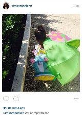 Kim Kardashian Instagram da filha, Noroeste, com SJ pop-up guarda-chuva