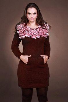 Vestido Marrom com Gola Rosa