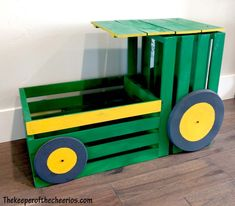 Tractor Toy Box // How to make a John Deere tractor from wooden crates Diy Toy Box, Diy Box, Wooden Toy Boxes, Wooden Toys, Tractor Nursery, Tractor Bedroom, John Deere Nursery, John Deere Bedroom, Bedroom Boys