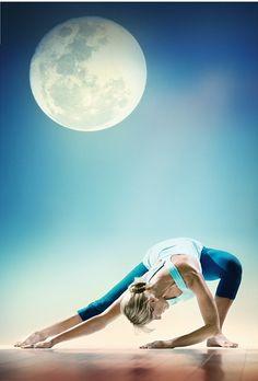 Saluting the moon with renowned yoga instructor and healer Shiva Rea. Pranayama, Yoga Fitness, Yoga Sequences, Yoga Poses, Esprit Yoga, Photo Yoga, Kundalini, Surya Namaskar, Yoga Journal