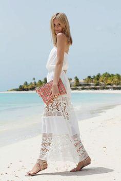 Tenue de plage chic avec une belle robe longue en blanc
